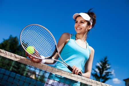 tennis racket: Mujer jugando al tenis en la cancha Foto de archivo