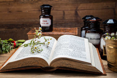 medicamentos: La antigua medicina natural, hierbas, medicamentos y libro viejo Foto de archivo