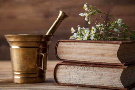 De oude natuurlijke geneeskunde, kruiden, medicijnen en oud boek