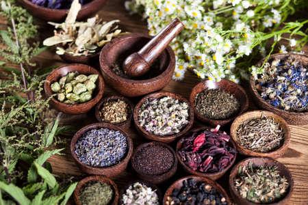 flores chinas: Los antiguos chinos de medicina, hierbas e infusiones Foto de archivo