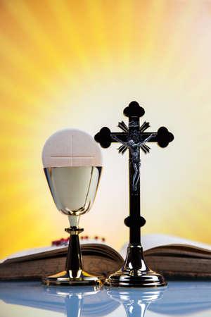 eucharistie: Religion chrétienne, le vin, le pain et la parole de Dieu sur fond jaune