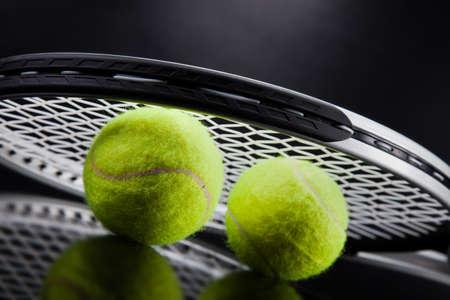 Un ensemble de tennis. Raquette et la balle. Studio, coup Banque d'images - 33592722