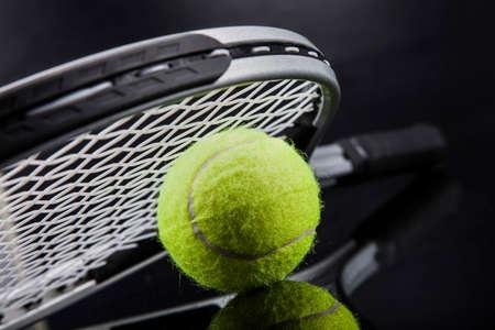 테니스의 집합입니다. 라켓과 공. 스튜디오 샷