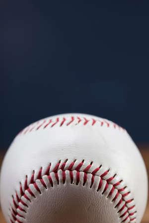 pelota beisbol: Bola del b�isbol en mesa de madera y azul backgdound Foto de archivo