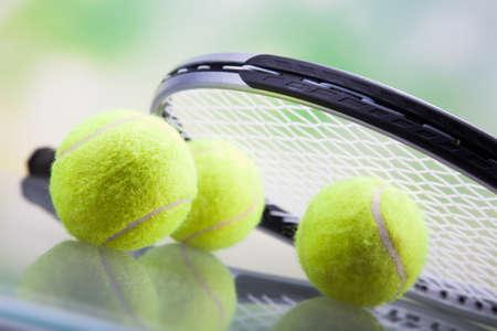 raqueta de tenis: Un conjunto de tenis. Raqueta y la pelota. Tiro del estudio
