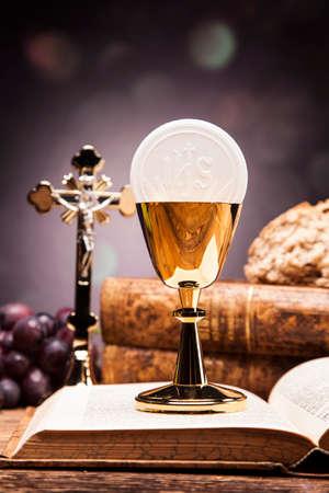 Heilige voorwerpen, bijbel, brood en wijn. Stockfoto