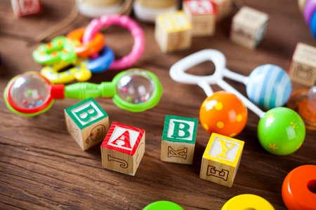 Children's World speel goed op een houten achtergrond. Studio-opname] Stockfoto