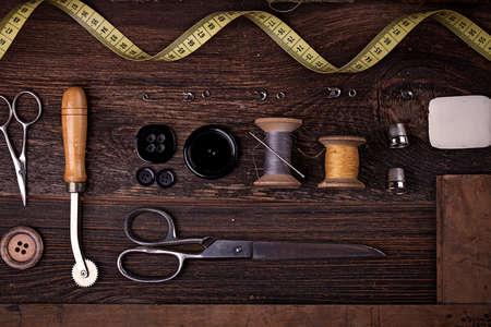 Przybory do szycia, nici, igieł, szpulki i materiałów. Studio fotografii Zdjęcie Seryjne