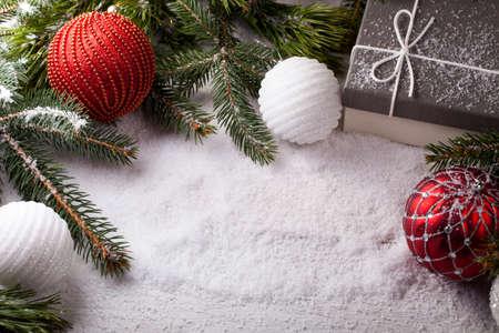 나무 테이블에 크리스마스 장식 요소