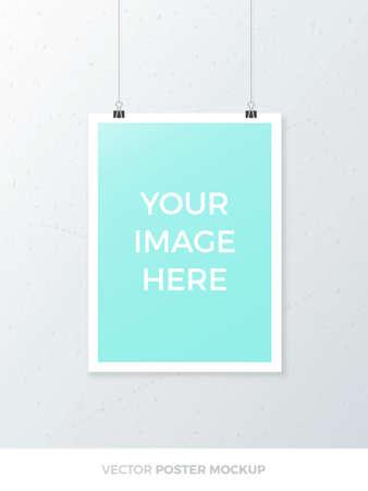 Leeg opknoping A4 poster mockup geïsoleerd op een grijze muur. Realistische A3 wit laken mock-up sjabloon met paperclip