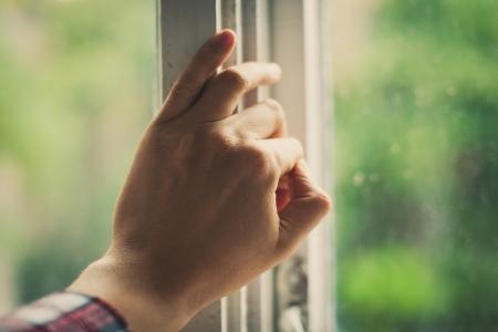 ventana abierta interior: La mano abre una ventana Foto de archivo