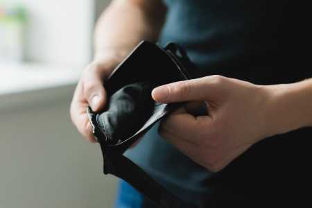 Man hält eine leere Brieftasche Standard-Bild - 24584617