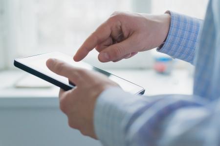 touchscreen: Un hombre utiliza un Tablet PC Foto de archivo