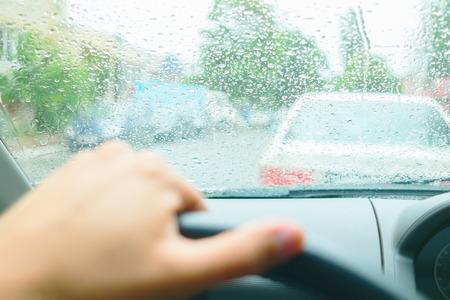rain weather: Conducir en la lluvia. Gotas de agua en el parabrisas