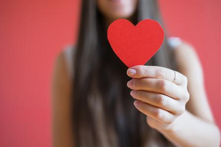 bondad: Icono de imagen de papel del corazón en la mano Foto de archivo