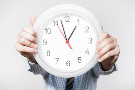 anguished: Imprenditore scontenti azienda orologio da parete.