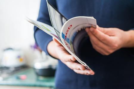 persona leyendo: El hombre lee la revista Foto de archivo