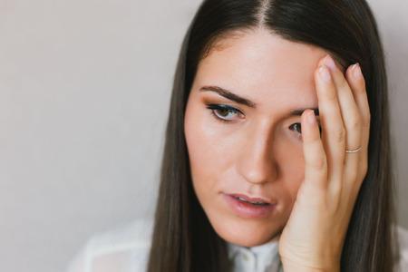 cansancio: retrato de una joven chica dolor de cabeza Foto de archivo