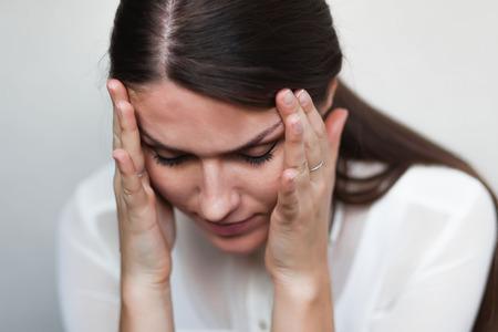 Junge traurige Mädchen Kopfschmerzen Standard-Bild - 33720025