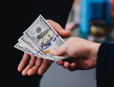 dare soldi: Dare i soldi di mano in mano Archivio Fotografico