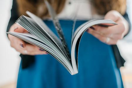 personas leyendo: concepto de hogar y ocio - sonriente mujer leyendo la revista en casa