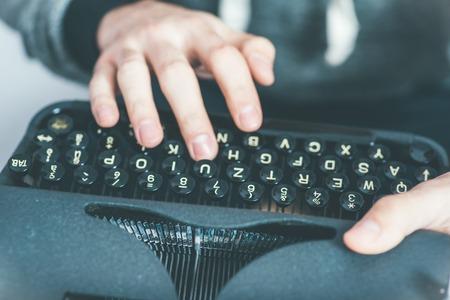 the typewriter: la escritura periodista guapo con m�quina de escribir