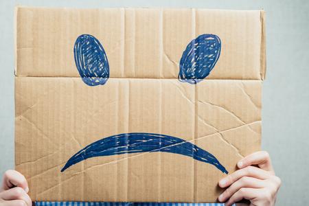 viso uomo: uomo che tiene il triste smiley