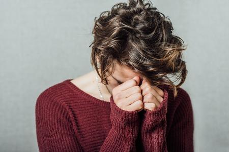 depresion: Hombre joven que tiene la depresión