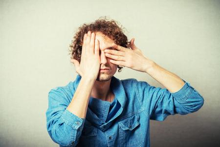 blindly: joven ojos cerr� la mano