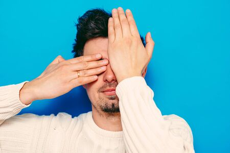 Man closes eyes with her hands Zdjęcie Seryjne