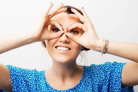 girl has hands binoculars 版權商用圖片