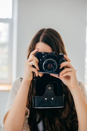 Close-up portrait of a  girl with a photocamera 版權商用圖片 - 145902491