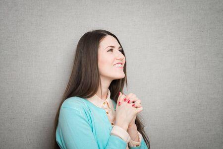 girl prays to God