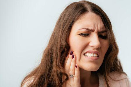 Les belles filles brunes aux cheveux longs ont mal aux dents Banque d'images