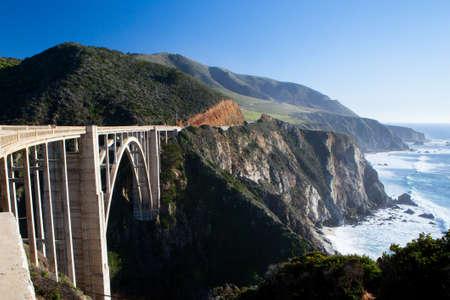Een mening van Bixby Bridge uit naar de Stille Oceaan in de buurt van Big Sur, Californië, USA