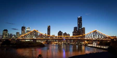 Brisbane stad schijnt in de schemering op een warme herfst dag Stockfoto
