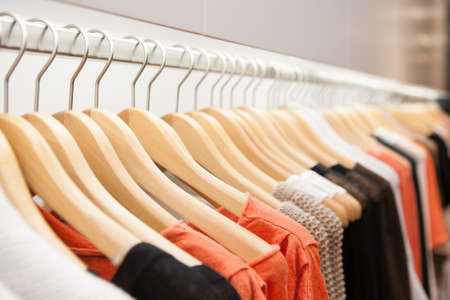 vestidos: Ropa cuelga en un estante en una tienda de ropa de diseño en Melbourne, Australia