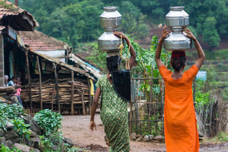 Dorfbewohner tragen Wasser in einem abgelegenen Teil von Indien Standard-Bild - 20342921