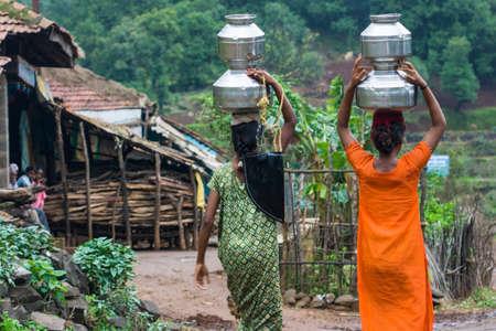 Dorpelingen dragen water in een afgelegen deel van India Stockfoto