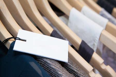Kleren op te hangen op een plank in een merkkleding winkel in Melbourne, Australië