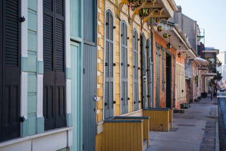 Een rustieke set van deuren en luiken in de Franse wijk, New Orleans, Verenigde Staten Stockfoto