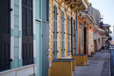 Eine rustikale Reihe von Türen und Fensterläden in der Französisch Quarter, New Orleans, USA Standard-Bild - 20961313
