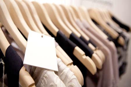 Kleren op te hangen op een plank in een merkkleding winkel in Melbourne, Australi Stockfoto - 21453935