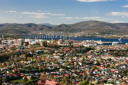Uitzicht over Hobart naar de rivier de Derwent in Hobart, Tasmanië, Australië