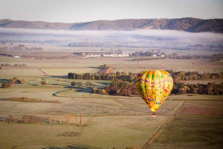 Een zonsopgang ballonvaart over de Yarra Valley in Victoria, Australië
