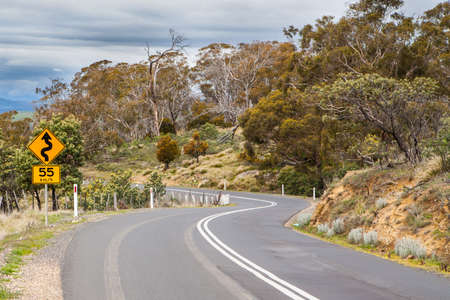 Een landelijke kronkelende weg in de buurt Bothwell in Tasmanië, Australië Stockfoto