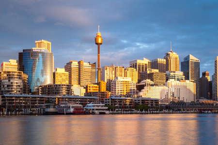 Sydney, Australië - 14 oktober - De Sydney CBD gebied in de schemering op warme lente middag op 14 oktober 2013. Redactioneel