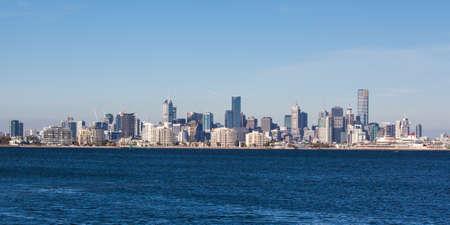 De horizon van Melbourne op een zomerse Stockfoto