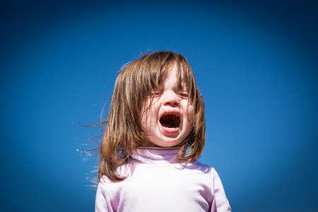 Un enfant pleure sur un été chaud Banque d'images