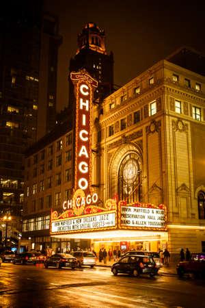 Chicago - 27. November Chicago Theater ist an einem regnerischen Winterabend am 22. November 2013 in Chicago, Illinois, USA für den Geschäftsverkehr geöffnet Standard-Bild - 26971665